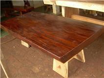 โต๊ะไม้สักแกะลวดลายสวยงาม