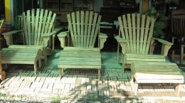 เก้าอี้สนามไม้สัก หรือเก้าอี้หางนกยูงพร้อมที่วางเท้า