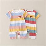 ทารกแรกเกิดกับเสื้อผ้าแขนสั้น