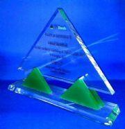 โล่อะคริลิคทรงสามเหลี่ยม เล่นแทบสามเหลี่ยมสีเขียว